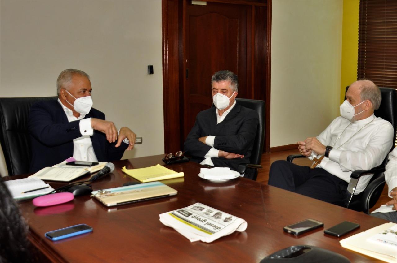 Administrador EGEHID recibe a obispo de Baní Víctor Masalles y a Roberto Santana