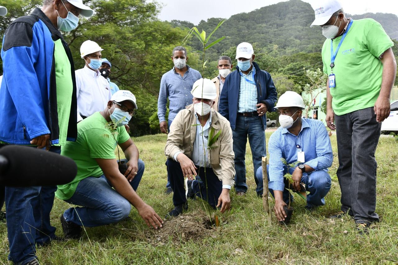 Administrador de EGEHID reacciona preocupado por deforestación en el entorno presa de Valdesia