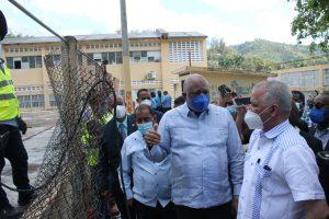 Ministro de Educación y administrador de EGEHID supervisan remozamiento de escuelas