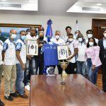 Administrador de EGEHID recibe equipo de baloncesto Los Constituyentes